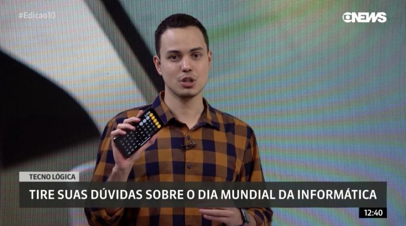 Thássius Veloso exibe o smartphone ao vivo na GloboNews
